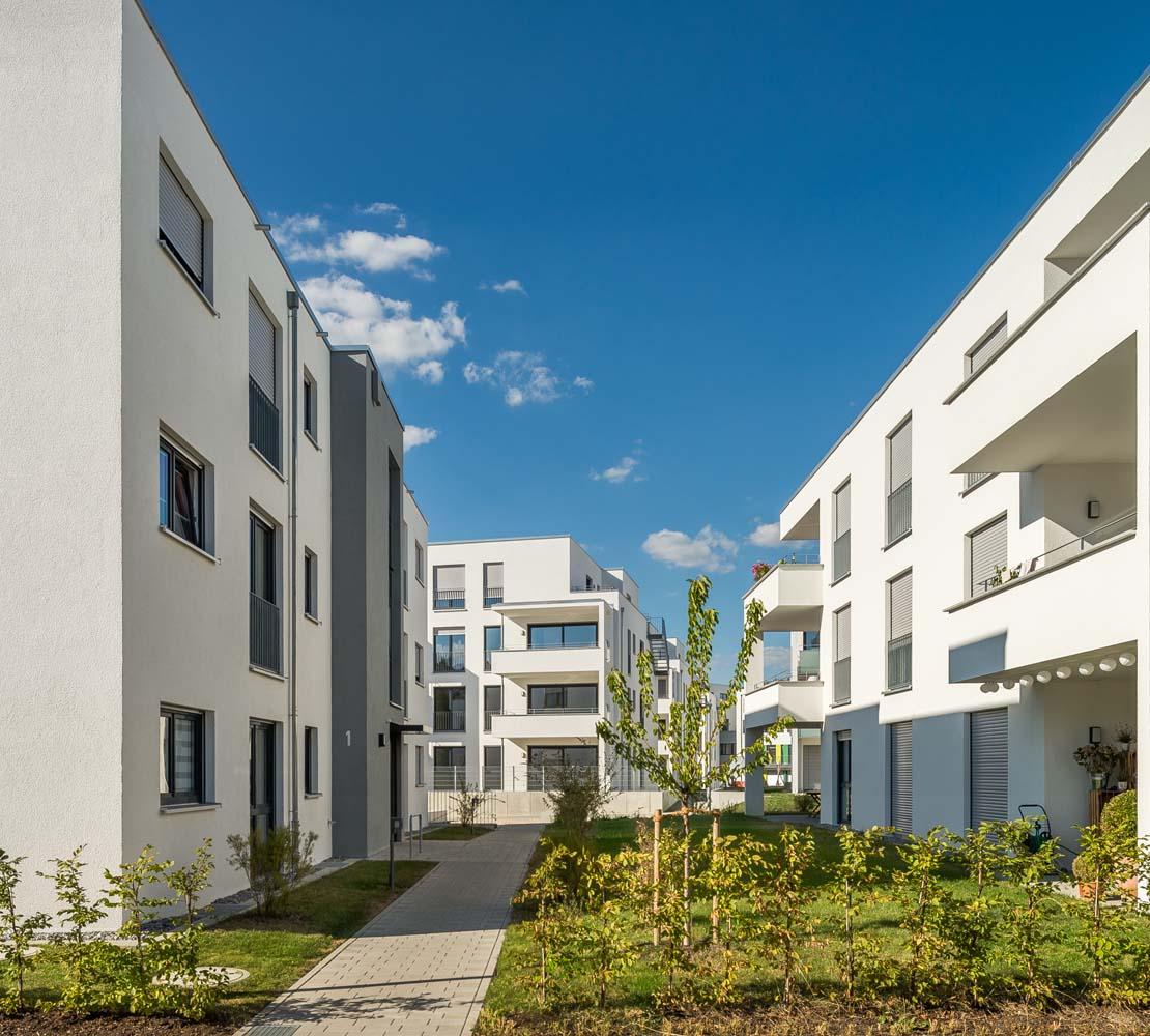 Wohnbebauung Tübingerstraße in Reutlinge. Baumaßnahme in 3 Bauabschnitten auf ehemaliger Industriefläche an Bahngleis. 4 GE, 1 Kindergarten, 12 Reihenhäuser, 66 Wohnheiten.
