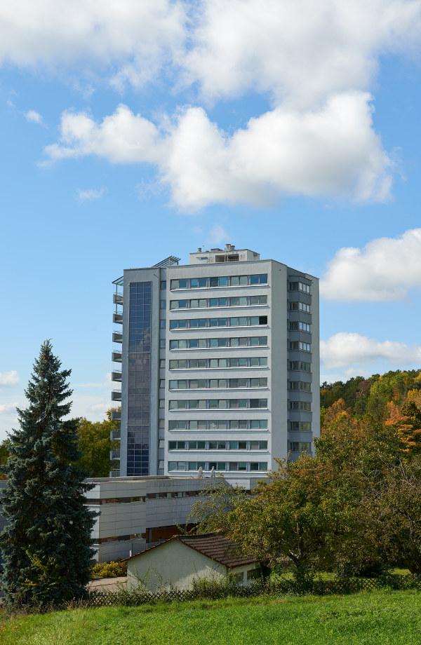 Das Hochhaus aus dem Jahre 1969 wurde in einer umfassenden Sanierung auf einen zeitgemäßen Stand hinsichtlich technischer Ausstattung, Wärmeschutz, Brandschutz und Erdebensicherheit umgebaut. Außerdem wurden die Wohneinheiten neu eingeteilt
