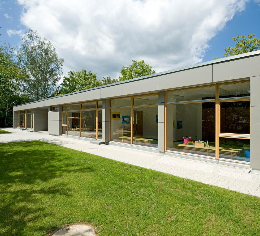 Kindergarten Dirnäckerweg Ohmenhausen. Bestehender 2gruppiger Kindergarten durch einen Holzbau erweitert.