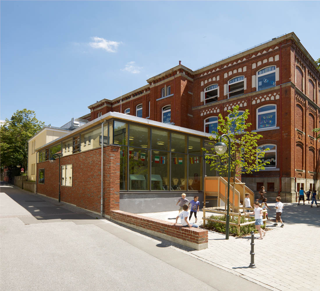 Mensa Jos-Weiß-Schule Anbau an denkmalgeschütztes Bestandsgebäude. Dachausbildung in Brettstabeldecke.