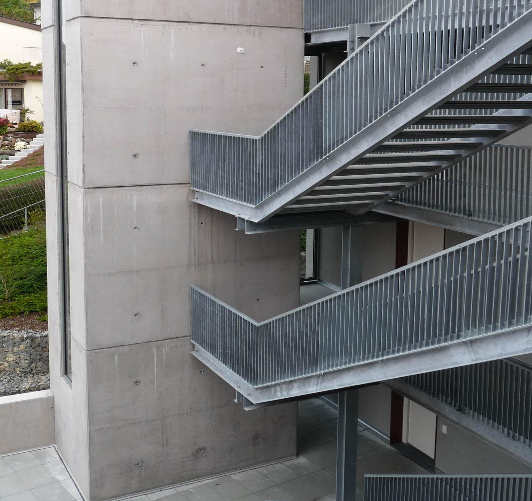 Studentenwohnheim Viktor-Renner-Straße 4. Das Gebäude wurde in Holztragwerk, in hochfeuerhemmender Bauweise REI 60, Holzständerwände mit GKF beplankt. 100 % regenerative Energien durch Holzpelletheizung und Sonnenkollektoren Kfw 40