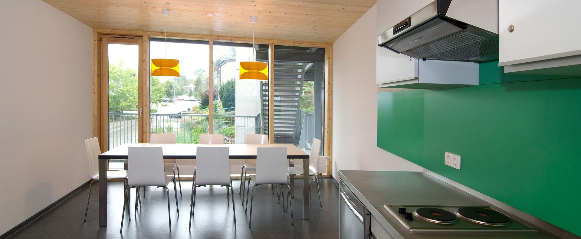Studentenwohnheim Viktor-Renner-Straße 4 in Tübingen. Das Gebäude wurde in Holztragwerk, in hochfeuerhemmender Bauweise REI 60, Holzständerwände mit GKF beplankt. 100 % regenerative Energien durch Holzpelletheizung und Sonnenkollektoren Kfw 40