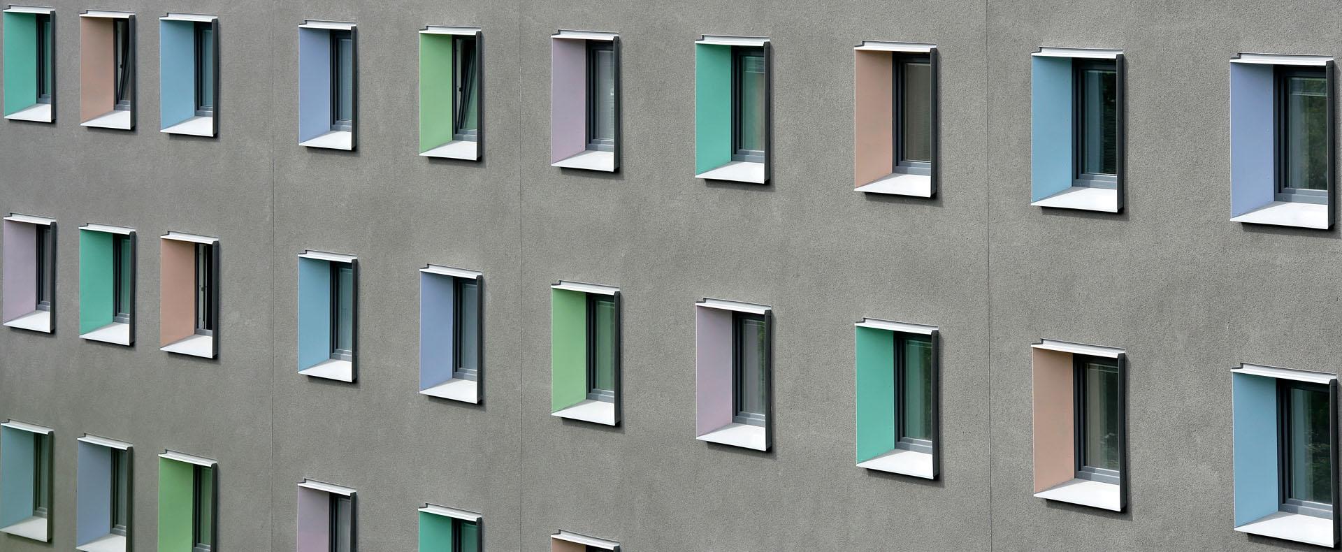Sanierung Studentenwohnheim Tübingen Viktor-Renner-Straße 2. Eingebaut wurde eine Photovoltaikanlage, Solarkollektoren und eine Pelletheizung Komplettsanierung innen und außen im bewohnten Zustand