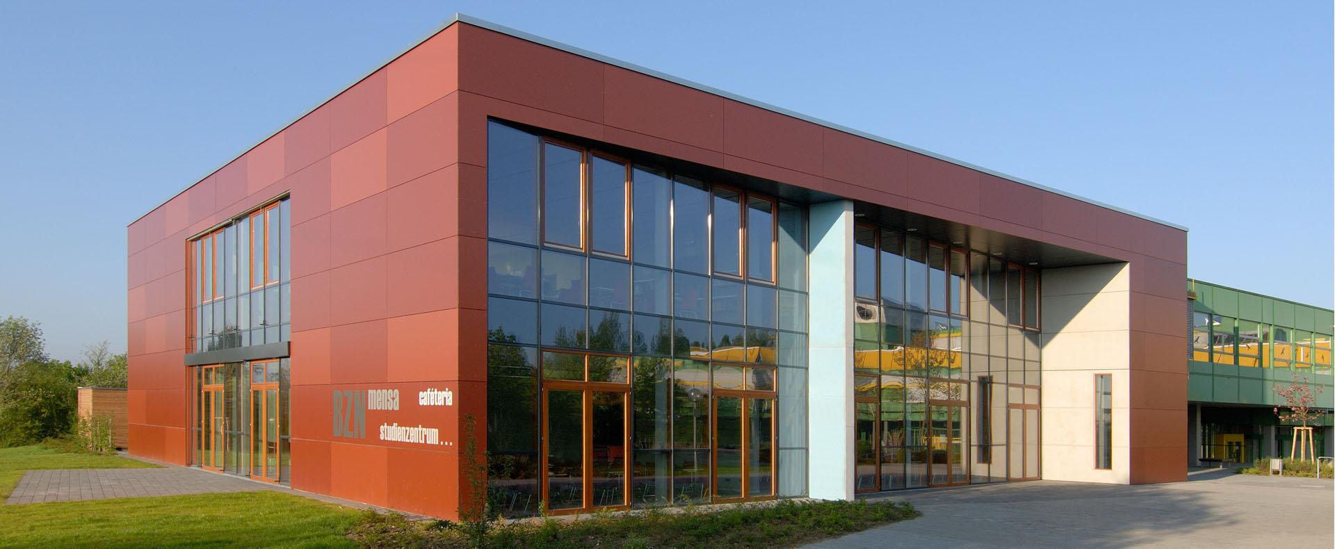 Schulerweiterung Bildungszentrum Nord. Maßnahme im Rahmen IZBB. Die Mensa im EG beinhaltet eine Vollzubereitungsküche. Im OG befindet sich eine Mediathek. Anbinden an Bestand