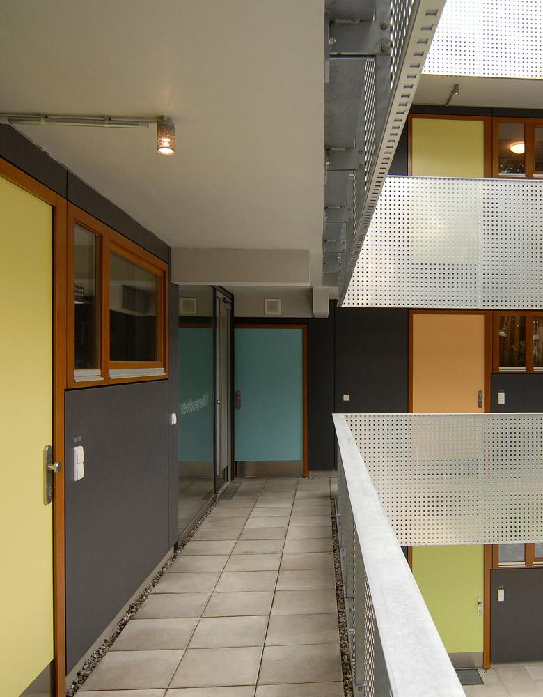 Studentenwohnheim Fichtenweg 9.Kompletter Umbau eines bestehenden Wohnheims in ein Studentenwohnheim für Familien und Alleinerziehende einschl. einer Kindertagesstätte. Die Fassade wurde in Tafelbauweise erstellt
