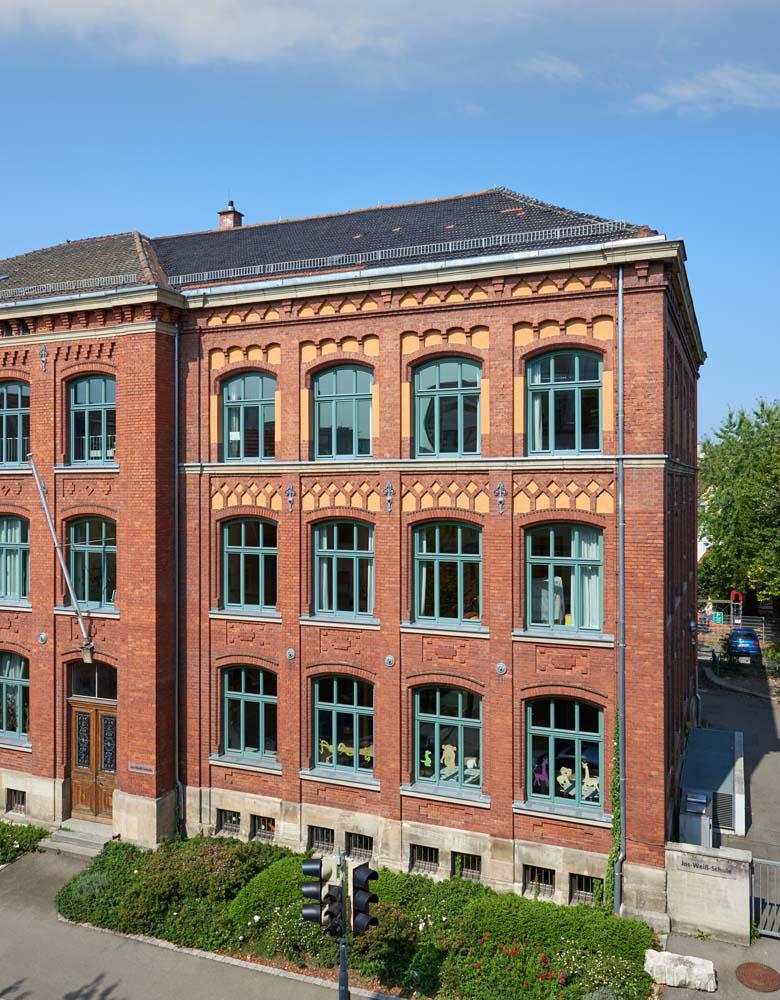 Sanierung Jos-Weiss Schule, Erneuerung Fenster in denkmalgeschützter Fassade und Erweiterung um WC Anlage, 2009